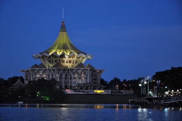 Questo edificio dall'architettura curiosa ospita il parlamento del Sarawak - foto © 2013 Alessandra Rusticali
