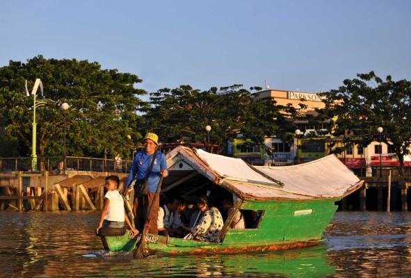 Come andare da una sponda all'altra del fiume di Kuching - foto © 2013 Alessandra Rusticali